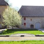 Marquage au sol en pierres de taille (en arrière-plan) Maison des Moines, intérieur et extérieur, fouilles archéologiques, Romainmôtier